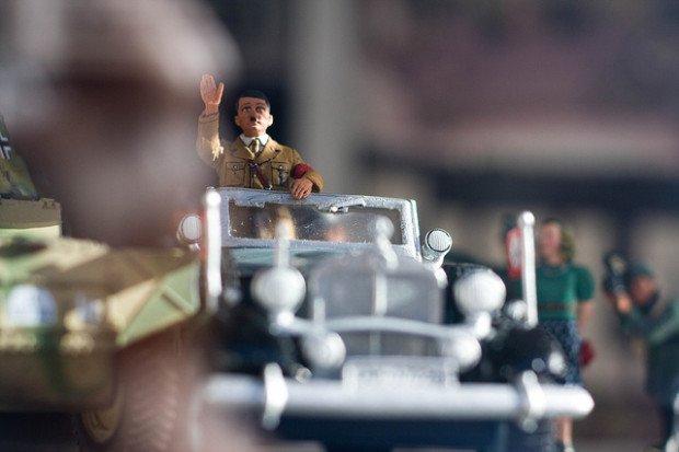 Clonar a Hitler es el objetivo de un plan despiadado por el que varias personas empiezan a morir en todo el mundo.